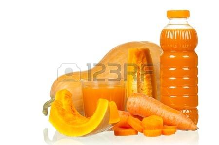 12562005-carottes-fraiches-et-jus-de-citrouille-isole-sur-fond-blanc.jpg